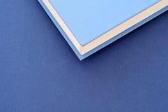 De nuevo a escuela, cierre para arriba en la pila de cubiertas de libro, desde arriba, mini foto de archivo