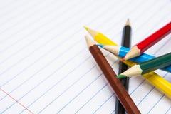 De nuevo a escuela Coloree los lápices papel Cuaderno Imagen de archivo