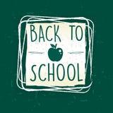 De nuevo a escuela con la manzana en marco sobre el papel viejo verde Fotos de archivo