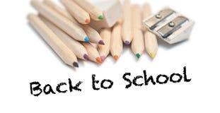 De nuevo a escuela con los lápices del color, papel Imagenes de archivo