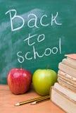 De nuevo a escuela con los libros, las manzanas y los lápices Fotografía de archivo libre de regalías