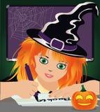 De nuevo a escuela de la bruja Pequeña bruja linda que estudia en la biblioteca Foto de archivo