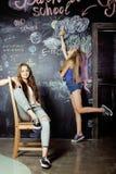 De nuevo a escuela después de vacaciones de verano, dos adolescentes Imagen de archivo libre de regalías