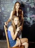 De nuevo a escuela después de vacaciones de verano, dos adolescentes Imagen de archivo
