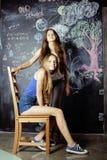 De nuevo a escuela después de vacaciones de verano, dos adolescentes Foto de archivo libre de regalías
