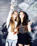 De nuevo a escuela después de vacaciones de verano, dos muchachas reales adolescentes en cl Imagen de archivo libre de regalías