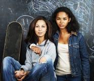 De nuevo a escuela después de vacaciones de verano, dos muchachas reales adolescentes en cl Fotos de archivo libres de regalías