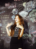 De nuevo a escuela después de vacaciones de verano, muchacha real adolescente linda en la sala de clase, concepto de la gente de  Imagen de archivo