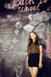 De nuevo a escuela después de vacaciones de verano, muchacha real adolescente linda en sala de clase Fotografía de archivo