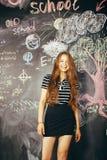 De nuevo a escuela después de vacaciones de verano, muchacha real adolescente linda en sala de clase Imagen de archivo