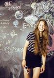 De nuevo a escuela después de vacaciones de verano, muchacha real adolescente linda en sala de clase Imagen de archivo libre de regalías