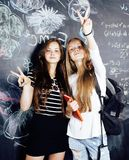 De nuevo a escuela después de vacaciones de verano, dos muchachas reales adolescentes en cl Fotos de archivo