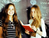 De nuevo a escuela después de vacaciones de verano, dos muchachas reales adolescentes en cl Foto de archivo