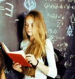 De nuevo a escuela después de vacaciones de verano, muchacha adolescente linda en classro Imagen de archivo