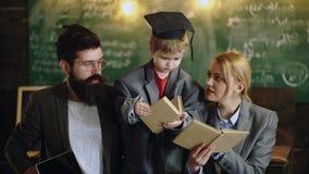 De nuevo a escuela El hijo del genio ley? el libro para los estudiantes de la madre y del padre Estudio de la familia junto en el almacen de metraje de vídeo