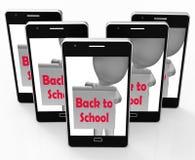 De nuevo a escuela el teléfono muestra el principio del término Fotos de archivo