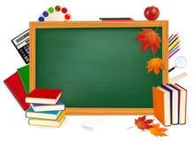 De nuevo a escuela. Escritorio verde con las fuentes de escuela. Fotos de archivo libres de regalías