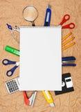 De nuevo a escuela. Herramientas y cuaderno de la escuela. Fotos de archivo