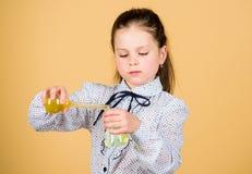 De nuevo a escuela investigaci?n de la ciencia en laboratorio Peque?a colegiala peque?a muchacha elegante con el frasco de prueba foto de archivo libre de regalías
