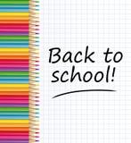 ¡De nuevo a escuela! Lápices coloreados y hoja de papel Fotos de archivo