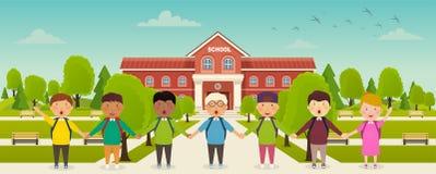 De nuevo a escuela linda de la escuela los niños se colocan delante de la escuela Jardín de la escuela, callejón con los bancos stock de ilustración