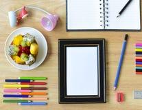 De nuevo a escuela Objetos coloridos de los efectos de escritorio del arte de la oficina y del estudio Fotos de archivo libres de regalías