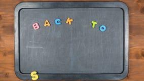 De nuevo a escuela pare la animación del movimiento con las letras de la espuma almacen de metraje de vídeo