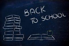 De nuevo a escuela: pila de libros, de libro abierto y de manzana Foto de archivo libre de regalías