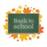 De nuevo a escuela Tablero verde en un fondo de las hojas de arce del otoño Imágenes de archivo libres de regalías