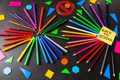 De nuevo a fondo de la escuela con muchos rotuladores coloridos y lápices coloridos en círculos y a ` del título de nuevo a ` de  Foto de archivo libre de regalías