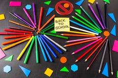 De nuevo a fondo de la escuela con muchos rotuladores coloridos y lápices coloridos en círculos y a ` del título de nuevo a ` de  Fotos de archivo libres de regalías