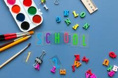 De nuevo a fondo de la escuela con los suplies de la escuela 1 de septiembre concepto Fotografía de archivo libre de regalías
