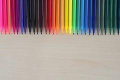 De nuevo a fuentes de escuela, accesorios coloridos de las plumas de los efectos de escritorio en el fondo de madera, visión supe Foto de archivo