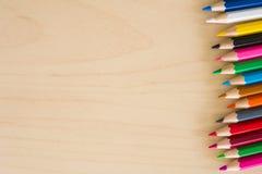 De nuevo a fuentes de escuela, accesorios coloridos fondo, visión superior de los lápices de los efectos de escritorio plana Imagenes de archivo