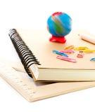 De nuevo a fuentes de escuela con el cuaderno y los lápices. Alumno a Fotos de archivo
