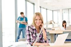 De nuevo a la escuela - estudiante femenino con la computadora portátil Imagenes de archivo
