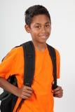 De nuevo a la escuela para el muchacho 11 en naranja con la mochila Fotos de archivo libres de regalías
