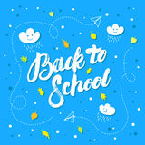 De nuevo a la mano de la escuela letras escritas en fondo azul Fotos de archivo