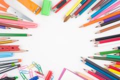 De nuevo a las herramientas de la escuela o de la oficina en el fondo blanco Imagen de archivo libre de regalías