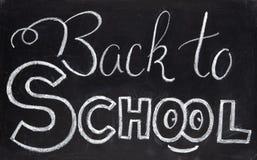 De nuevo a letras de la tiza de la escuela en la pizarra Tiza blanca de nuevo a la inscripción de la escuela en la pizarra Estudi Fotos de archivo libres de regalías
