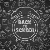 De nuevo a letras y a la mano del bosquejo del vector de la escuela despertador dibujado de la acuarela Fondo negro del tablero stock de ilustración