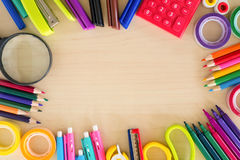 De nuevo a los accesorios de los efectos de escritorio de la escuela en el fondo de madera, visión superior Foto de archivo