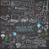 De nuevo a los garabatos incompletos del cuaderno de las fuentes de escuela fijados con las letras, elementos a mano del diseño d Imagenes de archivo