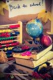 De nuevo a los regalos del otoño de las fuentes de escuela de la escuela Imagen de archivo libre de regalías