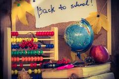 De nuevo a los regalos del otoño de las fuentes de escuela de la escuela Imagenes de archivo