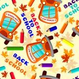 De nuevo a modelo inconsútil de la escuela con el autobús escolar, las hojas de arce y los lápices Imagen de archivo libre de regalías