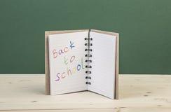 De nuevo a plantilla de la escuela con un cuaderno Fotos de archivo