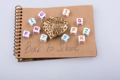 De nuevo a tema de la escuela con los cubos de la letra Imágenes de archivo libres de regalías