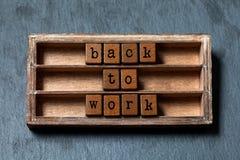 De nuevo a trabajo Cita de motivación positiva Caja del vintage, frase de madera de los cubos con las letras del viejo estilo Pie Fotos de archivo libres de regalías