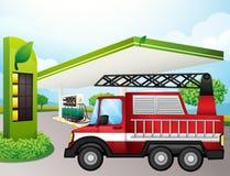 De nutsvrachtwagen bij de benzinepost Stock Foto's